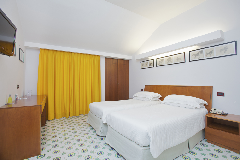 Art_Hotel_Gran_Paradiso_2012_413_Luigi_Mainolfi_1.jpg